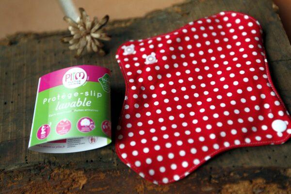 protège slip lavable en coton bio rouge avec des pois de la marque Plim vendu par www.aux-retrouvailles.com