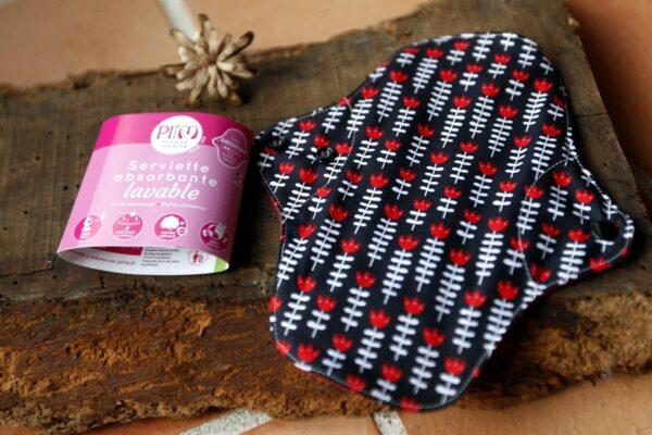 La serviette hygiénique lavable Médium avec des motifs de tulipes sur fond bleu marine de la marque plim vendu par aux retrouvailles.com