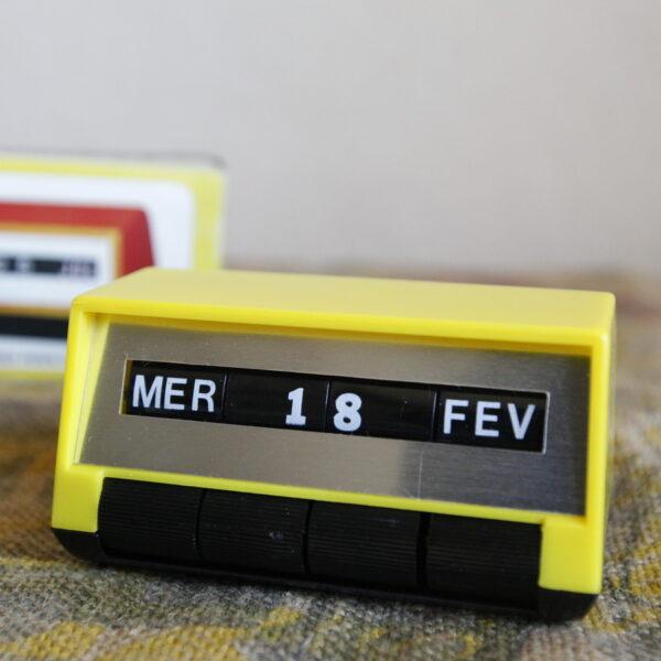calendrier perpétuel années 70 vintage jaune et noir objet de décoration vintage aux retrouvailles