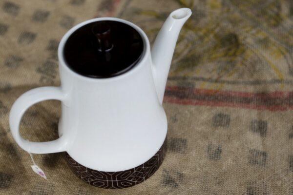 théière vintage marron et blanche motifs géométriques aux retrouvailles