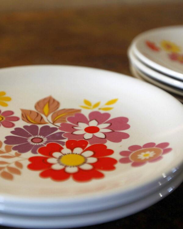 assiettes à dessert fleuries aux retrouvailles vintage