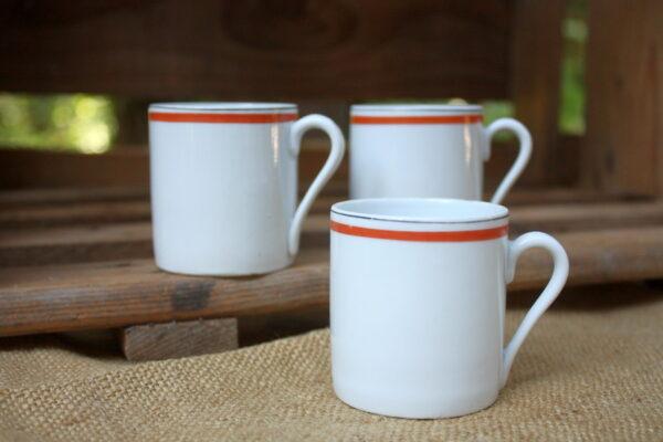 tasses blanches liseret rouge aux retrouvailles vintage